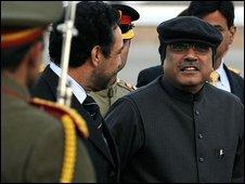 Pakistani President Asif Ali Zardari (R) talks withAfghan Vice President Ahmad Zia Masood (2-L) upon his arrival at the Kabul International Airport on January 6, 2009.