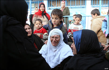 Palestinian families who fled their homes in Gaza take shelter at a UN-run school, 6 Jan 2009