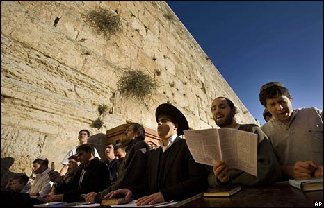 Jews pray for the well-being of Israeli soldiers fighting in Gaza, at the Western Wall, Jerusalem, 6 Jan 2009