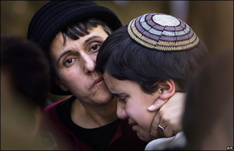 Relatives of an Israeli soldier killed in the Gaza Strip mourn at his funeral in Jerusalem, 6 Jan 2009