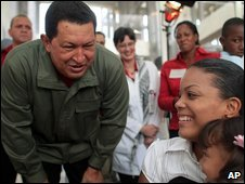 Venezuelan President Hugo Chavez at a hospital in Caracas (06/01/2009)