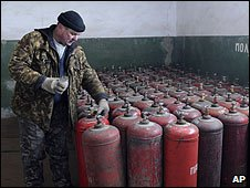 A Ukrainian worker checks gas containers at a depot near Kiev (06/01/2009)