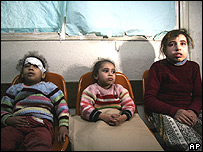 Ni�as palestinas en el hospital Shifa, en Ciudad de Gaza