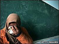 Una mujer palestina se refugia en una escuela