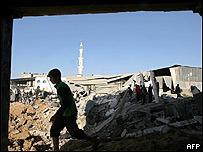 Niño palestino camina sobre los escombros en Gaza