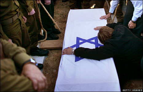 The mother of an Israeli soldier killed in Gaza mourns at his funeral, 7 Jan 2009