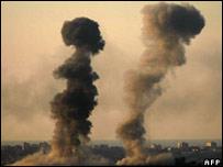Columnas de humo en Gaza después de un bombardeo israelí