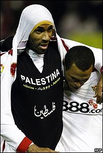 Frederic Kanouté muestra la camisa negra que dice Palestina