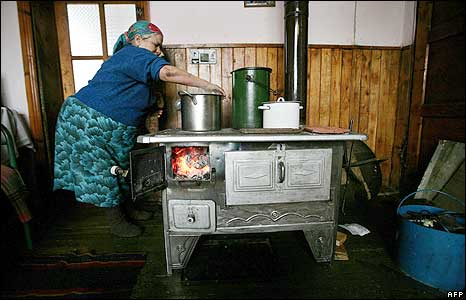 A woman cooks on a makeshift stove in Belovo, south of the Bulgarian capital Sofia, 7 January 2009