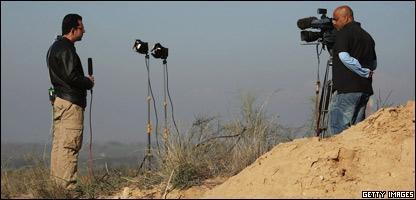 Periodista cubre eventos en Gaza desde la frontera con Israel.