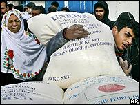 Un hombre palestino cargando harina