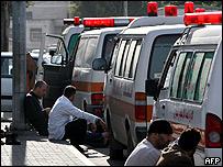 Ambulancias esperando que se abra el paso hacia Palestina.