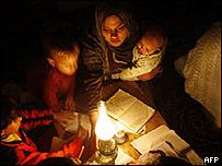 Ni�os palestinos leyendo con l�mparas.