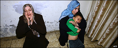Dos mujeres y un ni�o en el funeral de una v�ctima palestina de la guerra en Gaza