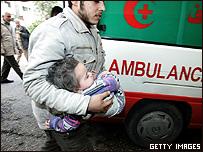 Una ni�a es cargada y llevada al hospital Al-shifa de la Franja de Gaza