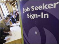 Personas buscando empleo en California      Foto de archivo