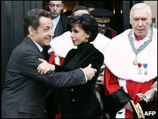 Mr Sarkozy (L) embraces Ms Dati at the Cour de Cassation, 7 Jan 2009