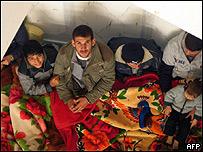 Palestinos refugiados en una escuela en Gaza