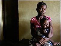 Madre e hijo esperan a ser vacunados en Sierra Leona
