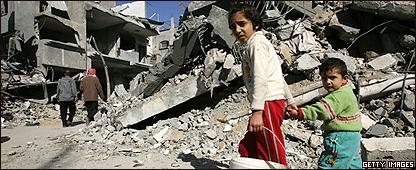 Ni�os caminan frente a un edificio destruido en Gaza