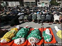 Palestinos rezan en el campamento de refugiados de Jabalia