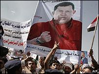 Manifestantes en Yemen protestan con un cartel del presidente de Venezuela, Hugo Ch�vez