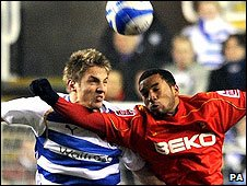 Kevin Doyle and Gavin Hoyte battle for possession at the Madejski Stadium
