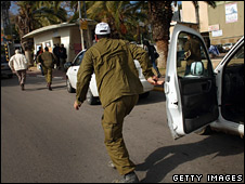 Israelis in Sderot run for cover on 9 January 2009