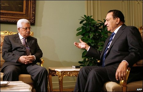 Egyptian President Hosni Mubarak (R) meets Palestinian Authority President Mahmoud Abbas in Cairo on 10 January 2009