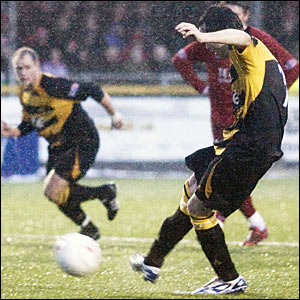 Andy Scott slots the ball home from the penalty spot to bring Alloa back on level terms
