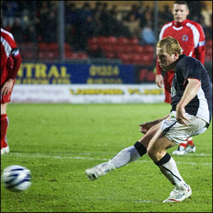Falkirk's Scott Arfield scores from the spot