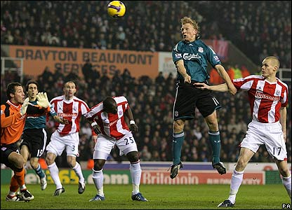 Kuyt goes close with a header