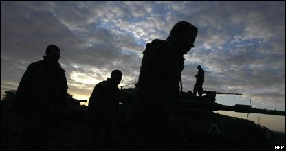 Soldados israelíes se preparan para atacar Gaza.