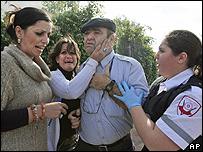 Una familia israelí en shock tras el impacto de un cohete en Sderot, sur de Israel