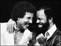 Berry Gordy (derecha) y Smokey Robinson