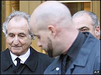 Bernard Madoff a la salida del tribunal en Manhattan el 5 de enero de 2009