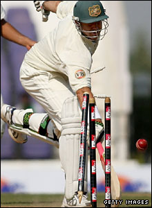 Matthew Hayden is run out by Murali Vijay in the fourth and final Test in Nagpur