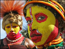 A Komo Vosavi mother watches over her son as they wait to dance in their tribe's independence day celebrations in Port Moresby (13 September 2005)