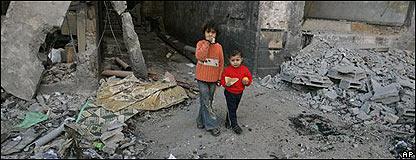 Niños en medio de un edificio destruido en Gaza.