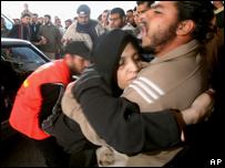 Una mujer herida llega al hospital de la Cruz Roja en Gaza.