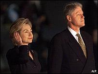 Hillary Clinton con su esposo Bill Clinton en México en 1999.