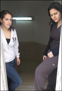 Dos alumnas a la entrada del refugio