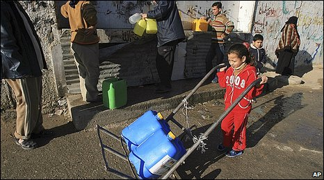 A child carries water in Rafah (13.1.09)
