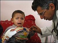 Niño en Gaza atendido por un doctor