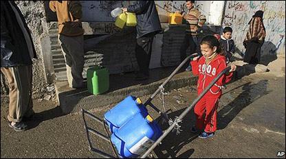 Familias de Gaza se abastecen de agua