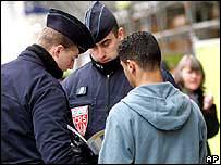 Polic�as franceses revian papeles de inmigrante (imagen de archivo)