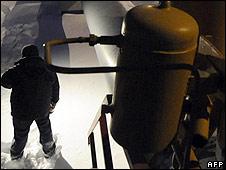 Workers seen near a pipeline at the Russian gas compressor station in Sudzha near the Russian-Ukrainian border (January 11, 2009)