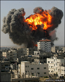 An explosion following an Israeli air strike in Rafah (13 January 2009)