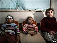 Ni�os palestinos en un hospital en Gaza.