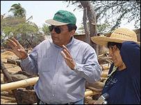 Jilmer Alfredo Benites Reyes, lector de Perú, en su finca junto a su hermana